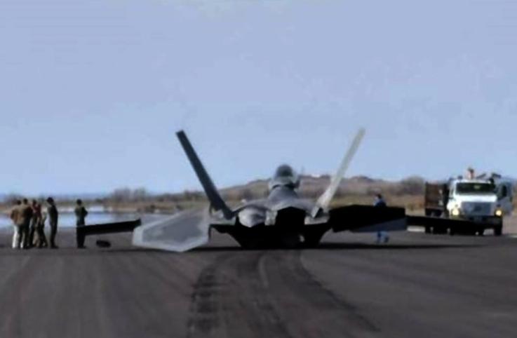 Alaska'da F-22A Raptor'un iniş takımları çöktü