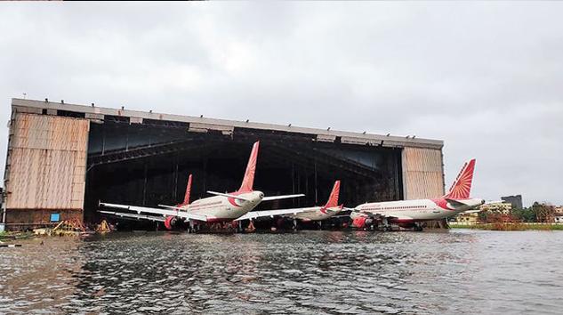 Hindistan'da uçaklar sular içinde kaldı