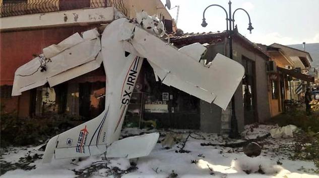 Yunanistan'da küçük uçak düştü