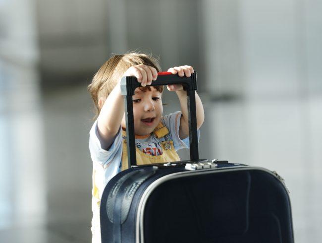 bavul tutan çocuk