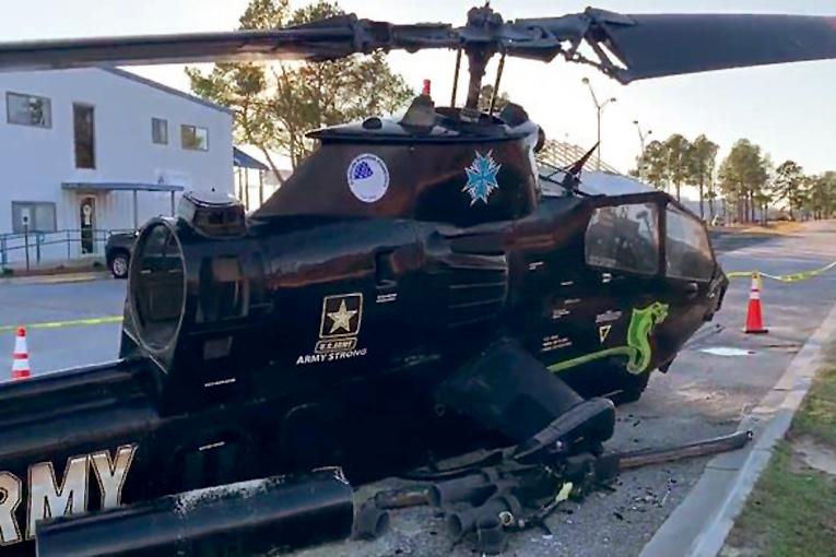 Alkollü sürücü parktaki helikoptere çarptı