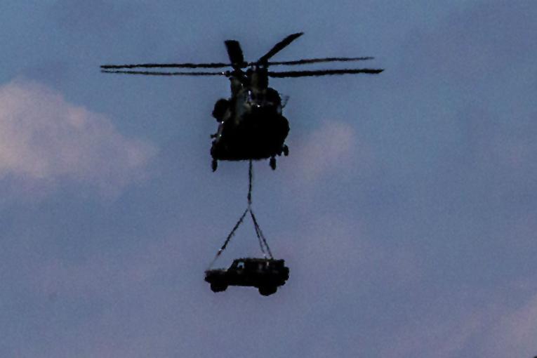 Rusya'da helikopterden Mercedes cip attılar