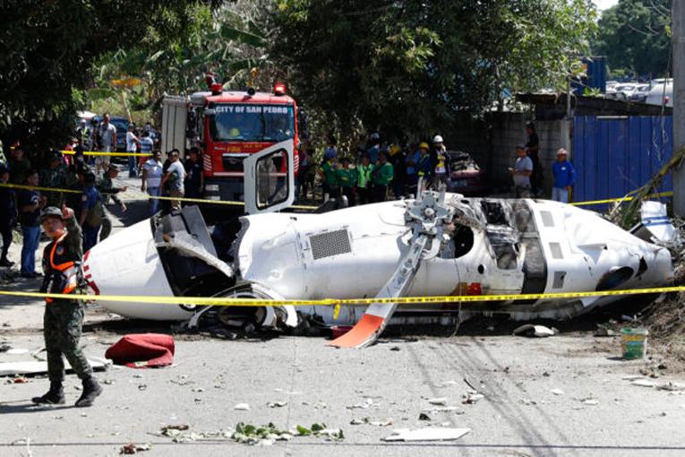 Filipinler'de yüksek gerilime takılan helikopter düştü