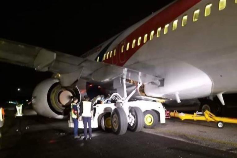 Malezya Havayolları'nın B737-800'i tow aracına çarptı