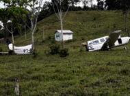 Kalkışta ineğe çarpan uçak ikiye bölündü