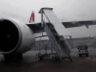 Swiss Airlines'in B777 tipi uçağına mobil merdiven çarptı